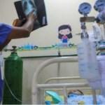 Criança de 3 anos com Covid-19 sofre derrame e fica com parte do corpo paralisado