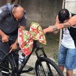Policiais dão de presente uma bicicleta a entregador de comida