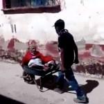 Filho leva mãe de 100 anos em um carrinho de mão para vaciná-la.