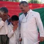 Neto e avô choram ao receber diploma depois de caminharem 6 km até a escola todos os dias