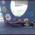 Pobreza não é sinônimo de sujeira: morador de rua trata o seu espaço como se fosse uma casa