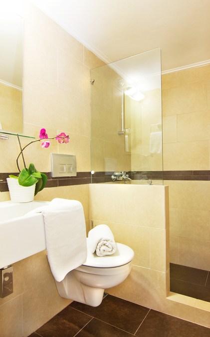 Μοντέρνο μπάνιο με γυάλινη ντουζιέρα