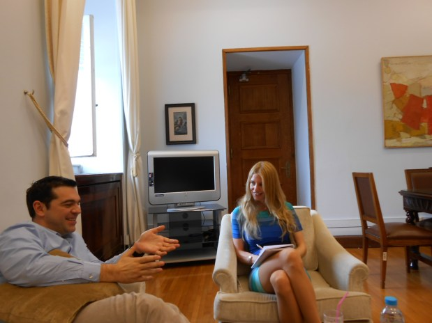 Alexis Tsipras i samtale med Kajsa Ekis Ekman i det greske parlamentet.