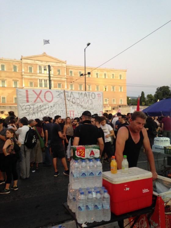 Onsdag kveld var det demonstrasjon mot den nye troikaavtalen utenfor det greske parlamentet men representantene var inne og stemte. Demonstrasjonen var mindre enn de fleste denne måneden, og endte voldelig da noen demonstranter kastet brannbomber. Foto: Ellen Engelstad