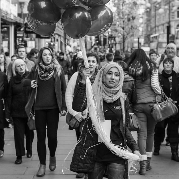 En muslimsk kvinne på jobb som selger i London. Foto: Matthew G