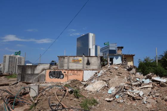 De gjenboende i Vila Autódromo lever blant ruiner mens OL-parken reiser seg i bakgrunnen. Foto: Margit Ystanes