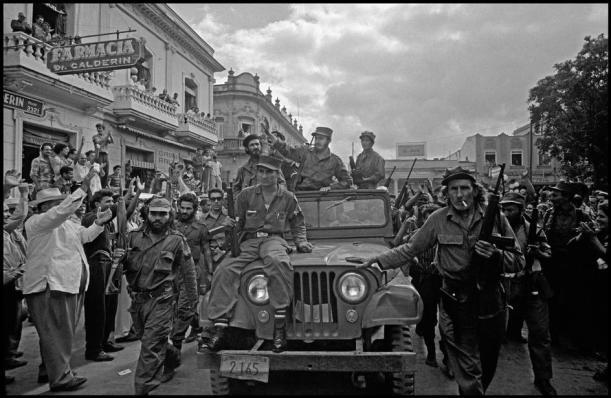 Fidel Castro og hans revolusjonshær ankommer Santa Clara i 1959. Foto: lezumbalaberenjena