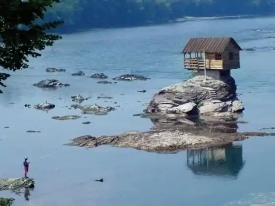 cute_lonely_house_in_the_middle_of_serbian_river_640_07-560x419