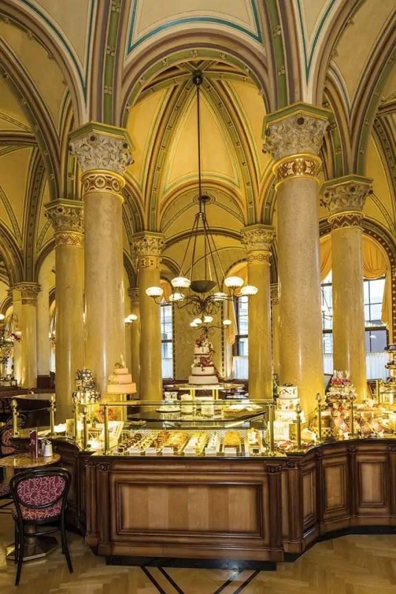 cafe_central_einblicke_tortenvitrine
