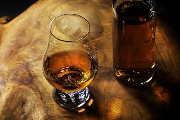 whisky glas en fles