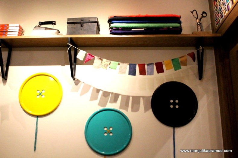 I loved these huge buttons on the wall and would love to decorate some room in my house this way.