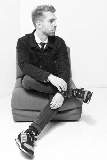 Paita, solmio ja farkkutakki Tiger of Sweden, farkut Diesel, kengät New Balance, rannekello Michael Kors