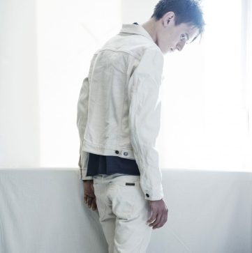 Valkoiset farkut ovat saaneet rinnalleen valkosia farkkutakkeja. Kuvan Nudien Billy Dry Twill Ecru on värjäämätöntä denimiä.