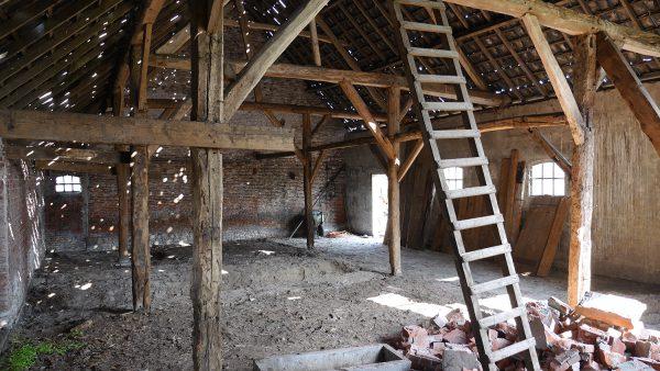 Droomhuis gruwelijk industrieel interieur in een oude