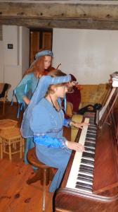 Piano et violon accompagnent les danses