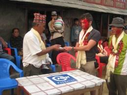 Remise des 600 euros restant, du projet d'eau ( fontaine-réservoir ) de Simjung. Projet total :1000 euros
