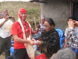 Remise de 5000 roupies ( 50 euros ) aux bénévoles du village de Simjung pour un encouragement à l'entretien des équipements d'eau nouvellement installés.