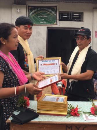 Selon la tradition népalaise un diplôme est remis à l'association MANOJ, confié à notre coordinateur DHAN