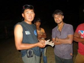 Dhan en présence du conducteur du tracteur pour l'acheminement du riz vers les villages