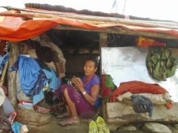 La maman de Maya habitait dans la maison de droite (photo de la maison marron et blanche )