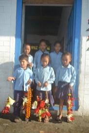 Accueil par les enfants de l'école
