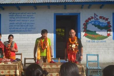 Thierry en présence de Dhan et du Président-secrétaire de la communauté de commune de Simjung ( VDC )