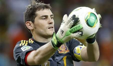 Iker Casillas con el brazalete de la selección Foto: 20minutos.es