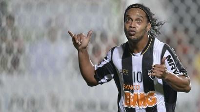 Ronaldinho vuelve a tocar el cielo con la camiseta del Atletico MG Foto: mundoz.lavoz.com.ar