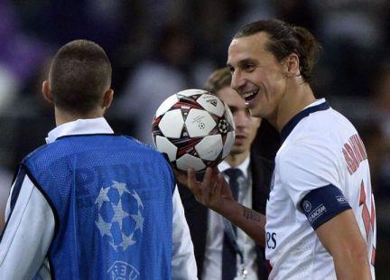 Zlatan se lleva el balón tras sus 4 goles Foto: lesnoveautes.fr
