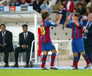 Leo Messi debutaba en 2004 sustituyendo a Deco (Foto: Mundo Deportivo)