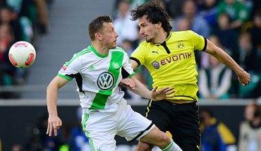 Hummels en un lance con Olic, en el partido de Bundesliga | Foto: Mi Bundesliga