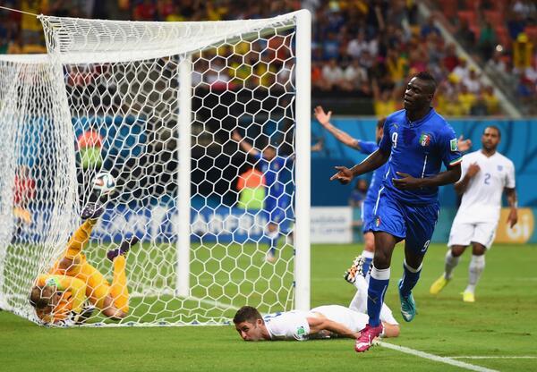 Balotelli celebrando el gol que daría la victoria a Italia. (Foto: @carrusel)