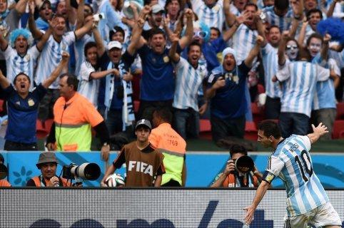 La afición argentina enloquece ante la exhibición de Messi Foto: lavanguardia.com