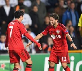 Son celebra el 2-3 con su asistente en el gol, Çalhanoğlu   Foto: UEFA