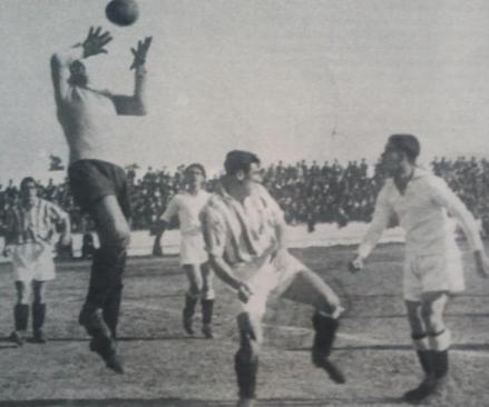 Fuente: AS 19 de febrero de 1934. Jesús se hace con el balón ante Aedo e Hilario