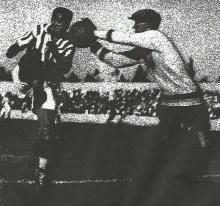 """""""Eizaguirre despejando un balón que TIMIMI intentaba llevar a """"goal"""".-Foto Serrano.-ABC-M-19311006."""