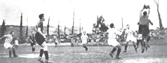 Urquiaga detiene un balón por alto en el campo de Ibaiondo