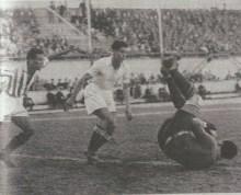 Una magnífica imtervención de URQUIAGA, jugó en esta ocasión uno de sus mejores partidos.-Fuente AS-Madrid-19351104.