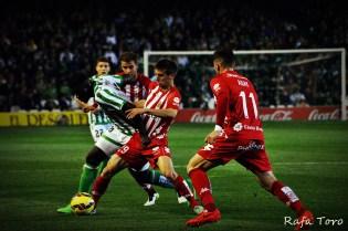 N´Diaye disputa un balón (Real Betis 2-1 Girona)