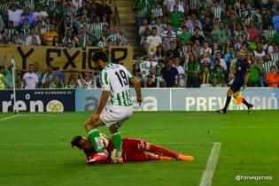 Molina empuja el balon (Betis-Alcorcon 14/15)
