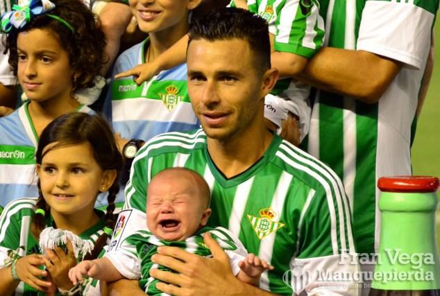 Ruben Castro con su hijo (Betis - Villarreal 15/16)