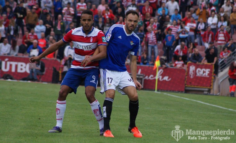 Westermann, pugnando con El Arabi, futbolista del Granada.