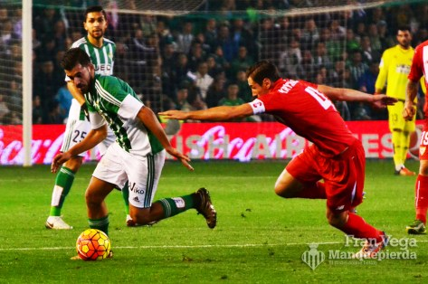 Ceballos se va de la marcaa del sevillista (Betis-Sevilla 15/16)