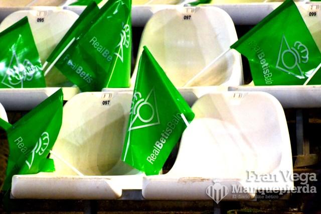 El Betis repartió 27000 banderas (Betis-Levante 15/16)