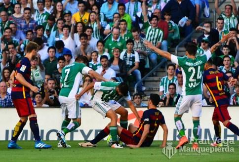 pelea por el control del esferico (Betis-Barcelona 15/16)
