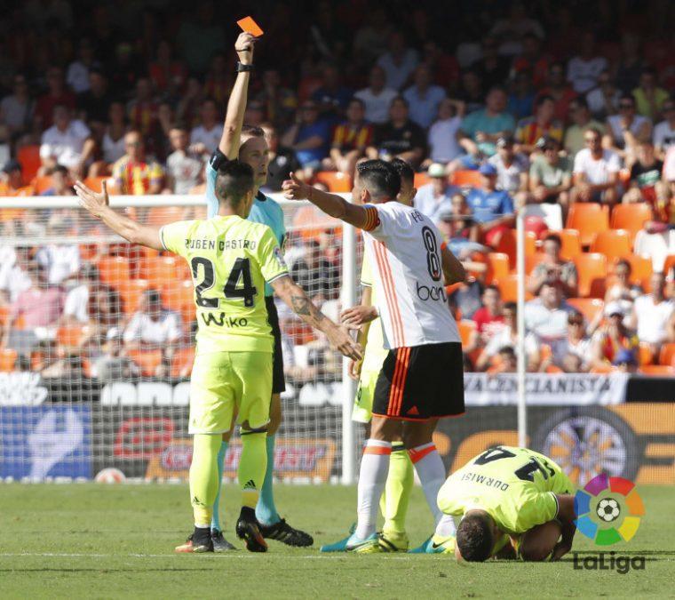 González González, mostrado la tarjeta roja a Enzo Pérez. Foto: LaLiga