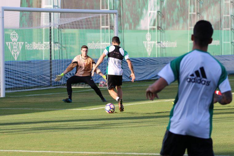 Rubén Castro ante una oportunidad de gol
