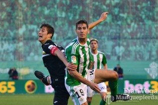 Alex Alegría disputa un balon (Betis-Leganes 16/17)
