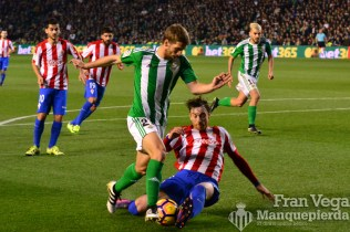 Brasanac no consige librarse del defensa (Betis-Sporting 16/17)