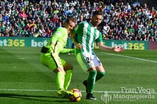 Ruben Castro roba el balon (Betis-Barca 16/17) al portero